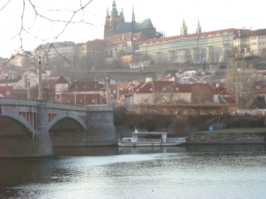 Riu Moldova amb el Castell de Praga al fons