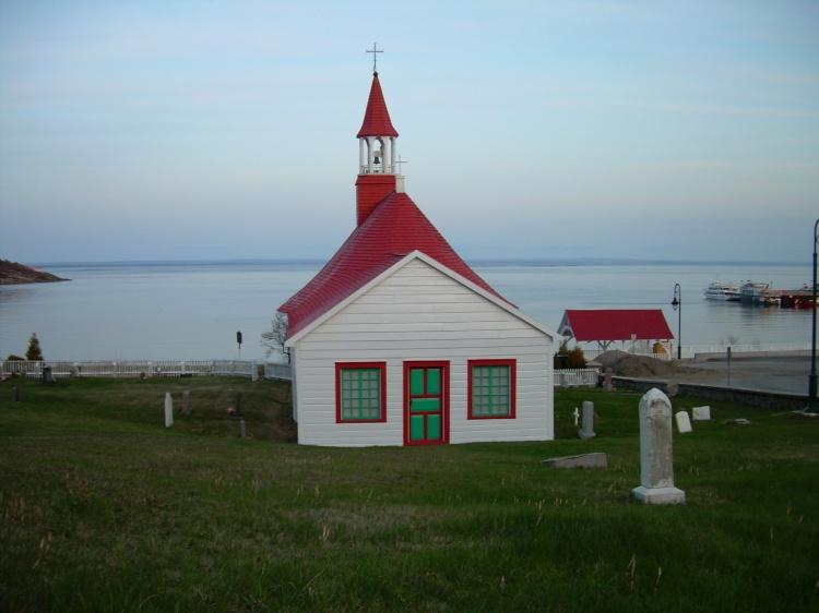 L'esglesia de Tadoussac amb el petit cementiri a la bora del fiord Saguenay. Quebec