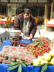 Venedor ambulant de fruites. Istanbul. Turquia