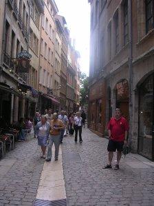 La famosa rue Saint Jean al Vieux Lyon, plena de llibreries, casas d'antiguitats, petites galeries i restaurants.
