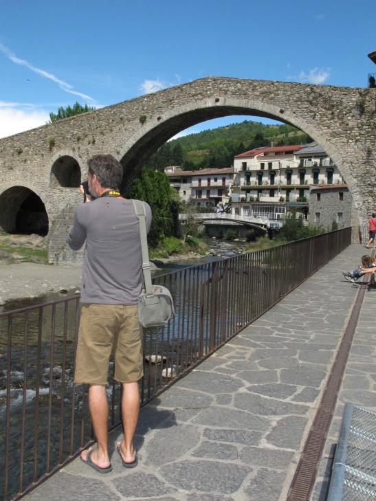 En Dan fotografiant el pont de Campodrón