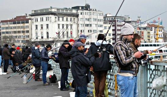 Pescadors al pont de Galata a Istanbul / Fishermans in Galata Bridge. Istanbul