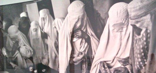Dones amb el Burka anant a votar. Afganistan