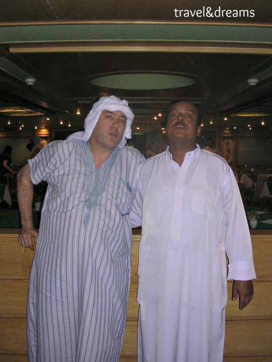 Amb el cambrer en el creuer pel Nil / With the waiter in the Nile cruise