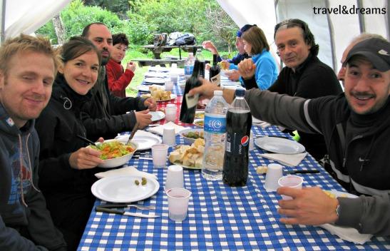Dinant ene l refugi del Lago Roca. Tierra del Fuego / Eating in the Lago Roca shelter. Tierra del Fuego