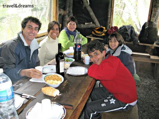 Dinant en el refugi del Lago Fagnano amb una familia brasilera. Tierra del Fuego / Dining with a brasilian family in Lago Fagnano, Tierra del Fuego