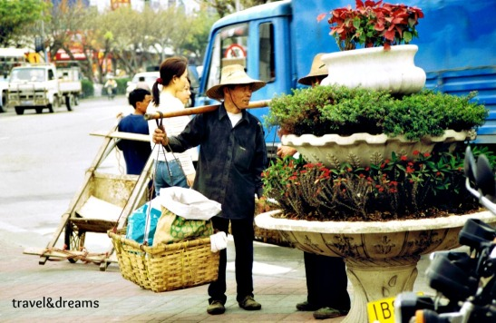 Un xinès carregant mercaderies / A chinese carrying merchandises