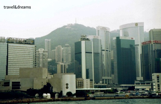 Vista de la ciutat des del ferry / View of the city from the ferry