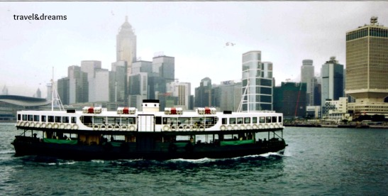 Un ferry creuant la badia entre Hong Kong i Kowloon / A ferry crossing the bay between Hong Kong and Kowloon